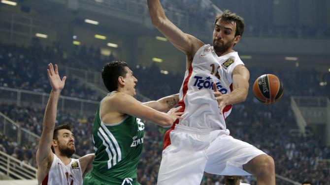 Panathinaikos' Dimitris Diamantidis, center, passes the ball as Olympiakos' Mirza Begic, right, and Evangelos Mantzaris defend during their Euroleague basketball match of Top 16 at the Olympic Indoor Arena in Athens, Thursday, Feb. 20, 2014. (AP Photo/Thanassis Stavrakis)