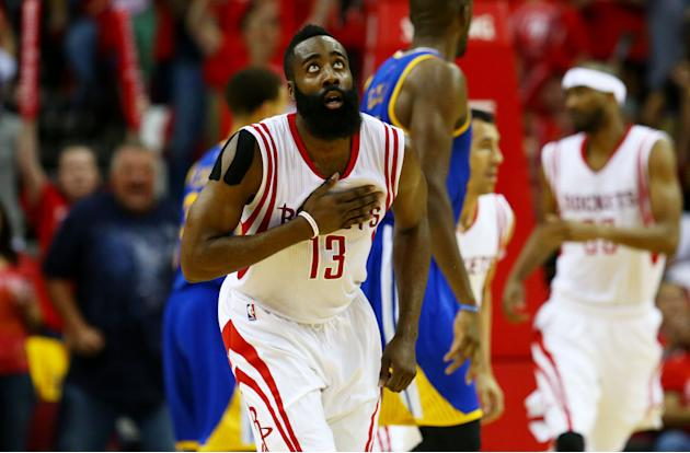 James Harden, en un momento del partido Rockets-Golden State Warriors, cuarto de la final de la Conferencia Oeste de la NBA, jugado el lunes 25 de mayo en Houston