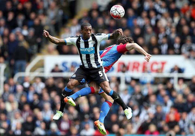 Crystal Palace's midfielder Yohan Cabaye (R) and Newcastle United's midfielder Georginio Wijnaldum (L) contest a high ball during the English Premier League match at St James' Park in Newc