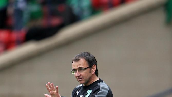 Pat Fenlon saw his Hibs side stroll to a comfortable friendly victory