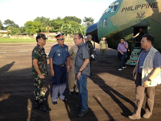 President Aquino ariives on Masbate island to check on SAR operations. (Photo from Official Gazette of the Republic of the Philippines)