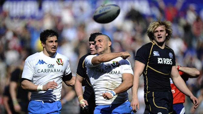 Italy's Giovanbattista Venditti (C) runs to score against Scotland during their Rugby Union Six Nations match at the Rome's Olympic stadium on March 17, 2012. Italy defeated Scotland 13-6.  AFP PHOTO / FILIPPO MONTEFORTE (Photo credit should read FILIPPO MONTEFORTE/AFP/Getty Images)