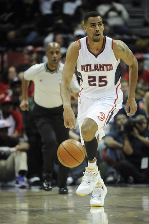 FILE - In this photo from Saturday, April 4, 2015, Atlanta Hawks forward Thabo Sefolosha plays during an NBA basketball game in Atlanta. Sefolosha plans to fight charges he blocked officers from setti