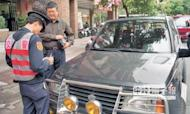 北市警交通大隊長吳耀南昨表示,監視器抓違停政策暫緩,將在違停熱點加強巡邏,不再派人站崗開罰單。(本報資料照片)