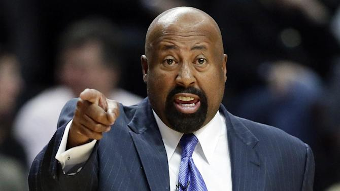 New York Knicks head coach Mike Woodson points as he talks to his team during the first half of an NBA basketball game against the Chicago Bulls in Chicago, Thursday, Oct. 31, 2013