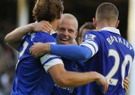 Everton's Steven Naismith (C) celebrates with team mates after scoring a goal against Chelsea during their English Premier League soccer match at Goodison Park in Liverpool, northern England September 14, 2013. REUTERS/Phil Noble