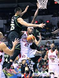 Ginebra's Mark Caguioa loses the ball against the defense of GlobalPort's Japeth Aguilar. (PBA Images)