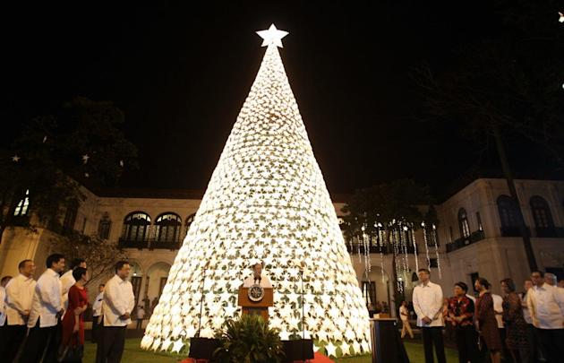 Aquino lights up Palace Christmas tree