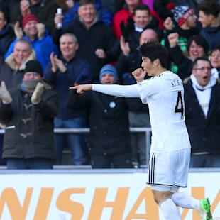 Swansea City's Sung-Yeung Ki celebrates scoring his side's first goal of the match during their English Premier League soccer match against Manchester United at the Liberty Stadium, Swansea, Wales, Saturday, Feb. 21, 2015. (AP Photo/David Davies, PA Wire)    UNITED KINGDOM OUT     -    NO SALES     -    NO ARCHIVES