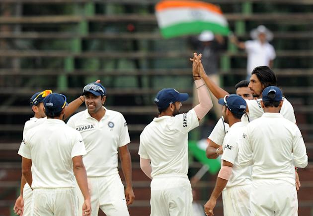 Indian bowler Ishant Sharma (back-R) celebrates with teammates after taking the wicket of South Afican bowler AB de Villiers on the 5th day of the first cricket Test match between South Africa and Ind