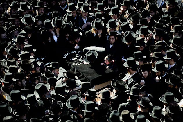 An estimated 1,000 ultra-Orthodox Jews attended the funeral of Nachman and Raizy Glauber (AP)