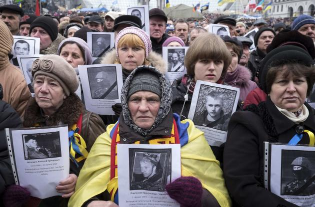 People hold portraits of people killed in recent violence as they attend a rally at Independence Square in Kiev March 2, 2014. Ukraine mobilised for war on Sunday, after Russian President Vladimir Putin declared he had the right to invade, creating the biggest confrontation between Moscow and the West since the Cold War. REUTERS/Gleb Garanich (UKRAINE - Tags: POLITICS CIVIL UNREST)