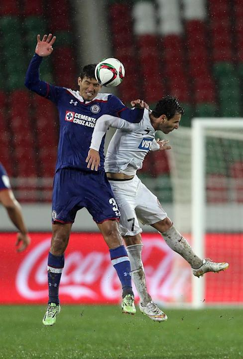 KEF02. Rebat (Morocco), 13/12/2014.- Francisco Rodiguez (L) of Cruz Azul vies for the ball with Labinot Haliti (R) of WS Wanderers FC during the FIFA Club World Cup 2014 quarter final soccer match, Cr