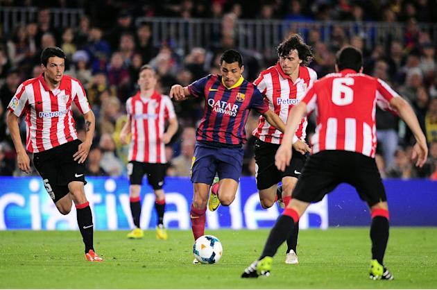 FC Barcelona's Alexis Sanchez, from Chile, center, duels for the ball against Athletic Bilbao's Ander Iturraspe, second right, during a Spanish La Liga soccer match at the Camp Nou stadium in