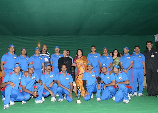 President Pranab Mukherjee with the winning teams of the cricket match between Rashtrapati Bhavan employees held at the school grounds of Dr. Rajendra Prasad Sarvodaya Vidyalaya within the Presidentâ