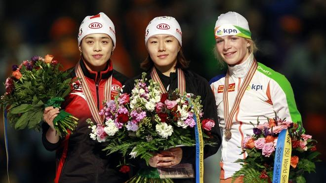 Korea's Sang-Hwa Lee (C), China's Jing Yu (L) And Netherland's Thijsje Oenema Pose AFP/Getty Images