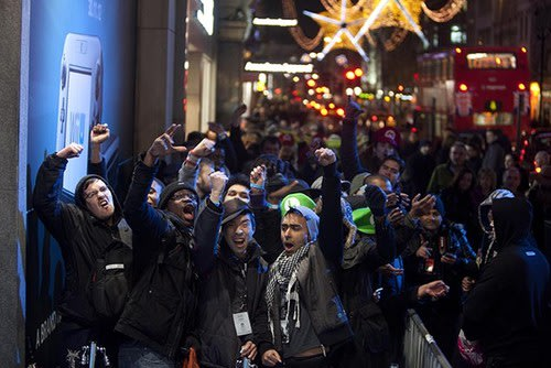 Nintendo Wii U goes on sale, while fans queue in their hundreds. Nintendo, Gaming, Nintendo Wii U, HMV 0