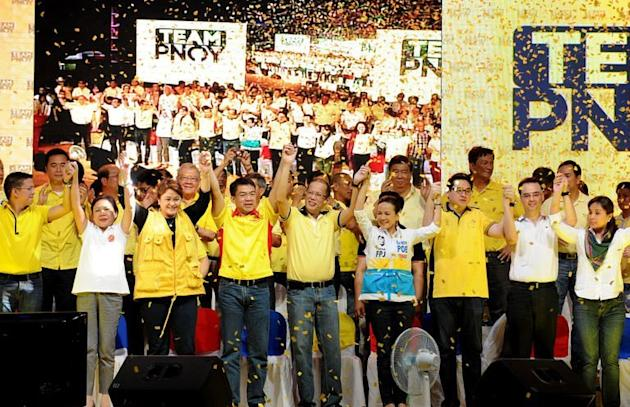 Philippine President Benigno Aquino (C) holds a proclamation rally in Manila with senatorial candidates on February 12, 2013. Aquino on Tuesday called for nationwide mid-term polls to be a referendum on his anti-graft, economic reforms as election season gets underway