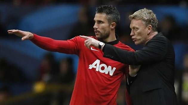 Manchester United's manager David Moyes speaks to substitute Robin Van Persie during their Champions League soccer match against Shakhtar Donetsk at Old Trafford in Manchester, northern England, December 10