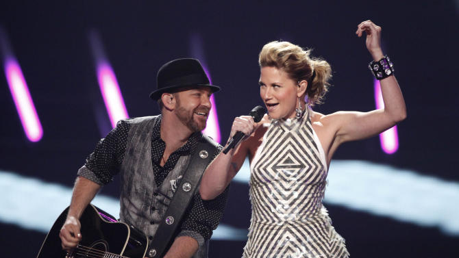 "FILE - In this June 16, 2009 file photo, Jennifer Nettles, right, and Kristian Bush of the band ""Sugarland"" perform at the CMT Music Awards in Nashville, Tenn.  A Judge, on Friday, March 23, 2012, ordered Nettles to give a deposition next month in lawsuits filed over August's deadly Indiana State Fair stage collapse. (AP Photo/Mark Humphrey, file)"