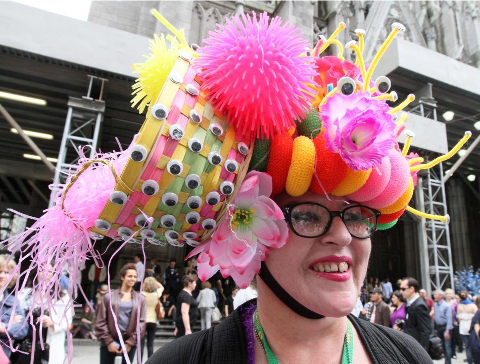Con un sombrero que incluye ojos de plástico, Leslie Lowe, de Nueva York, posa para fotografías mientras participa en el Desfile de Pascua en la Quinta Avenida de Nueva York, el domingo 24 de abril de