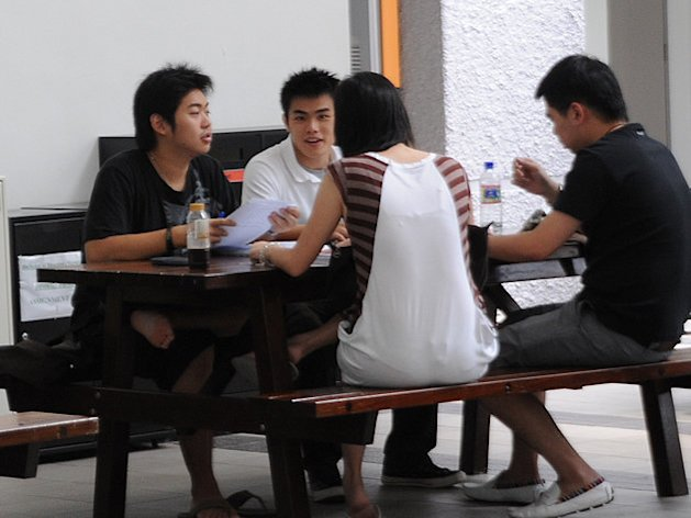 Singapore youths spend an average of 5.5 hours on social media daily. (Yahoo! file photo)
