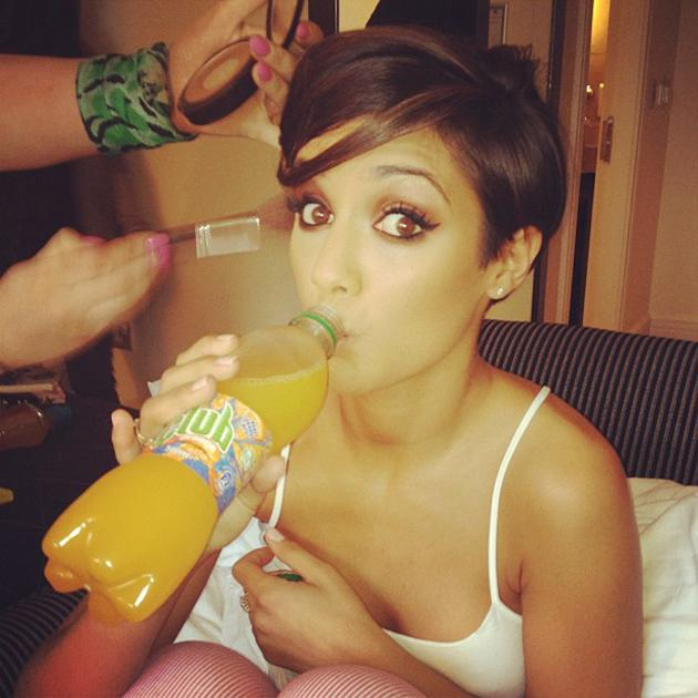 Celebrity photos: Frankie Sandford showed off her gorgeous eyes in this cute snap of her getting ready for a Saturdays show. We kind of want to BE her. [Copyright: Una Healy]