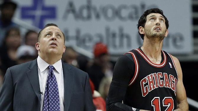 Chicago Bulls head coach Tom Thibodeau, left, and guard Kirk Hinrich look up at the big screen during the second half of an NBA basketball game against the New York Knicks in Chicago, Thursday, Oct. 31, 2013. The Bulls won 82-81