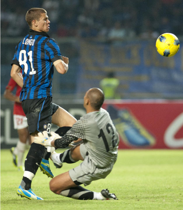 Inter Milan'sSamuele Longgo (L) Vies AFP/Getty Images