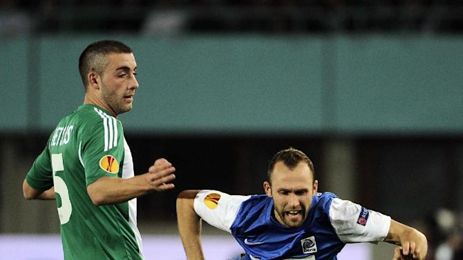 Rapid's MThanos Petsos, left, and Genk's Thomas Buffel challenge for the ball during their Europa League  group G soccer match between SK Rapid Vienna and KRC Genk, in Vienna, Austria, Thursday, Nov. 7, 2013