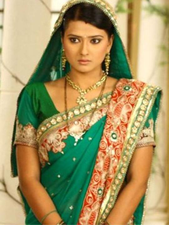 Images via : iDiva.com Kratika Sengar (Arti Scindia) : Kratika plays the female lead and the typical bahu in Byah Hamari Bahu Ka- Punar Vivah . We're sure that the stylist can come up with better