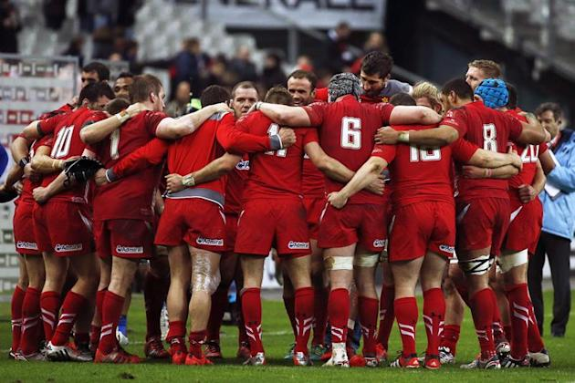. Paris (France), 28/02/2015.- Welsh players gather and cheer after their victory during the RBS Six Nations rugby union match between France and Wales at the Stade de France Stadium in Paris, France,
