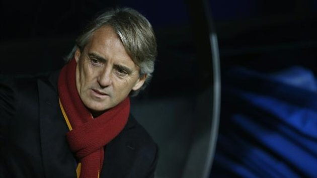 Galatasaray's coach Robeto Mancini arrives at the pitch before his Champions League soccer match against Real Madrid at Santiago Bernabeu stadium in Madrid November 27, 2013 (Reuters)