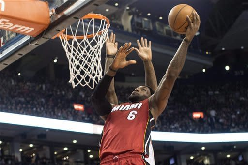 Heat pull away from Raptors, win 22nd straight