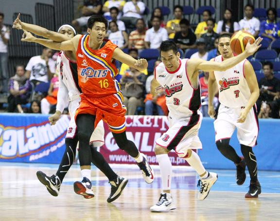 Mark Borboran and Cyrus Baguio battle for possession. (PBA Images)