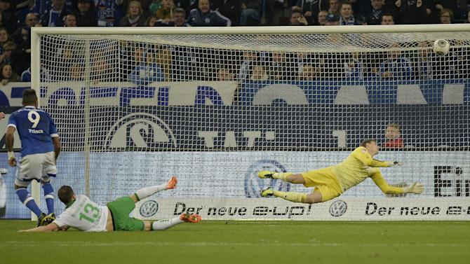 Schalke's Kevin-Prince Boateng, left, scores his 2nd goal against Bremen goalkeeper Sebastian Mielitz during the German  Bundesliga soccer  match between FC Schalke 04 and Werder Bremen in Gelsenkirchen, Germany, Saturday, Nov. 9, 2013