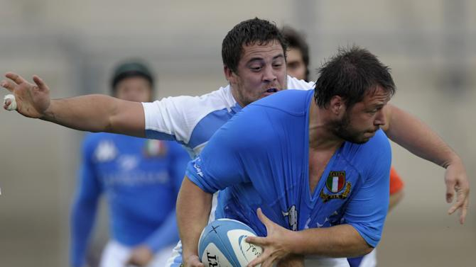 Italy's number 8 Robert Barbieri (C) is