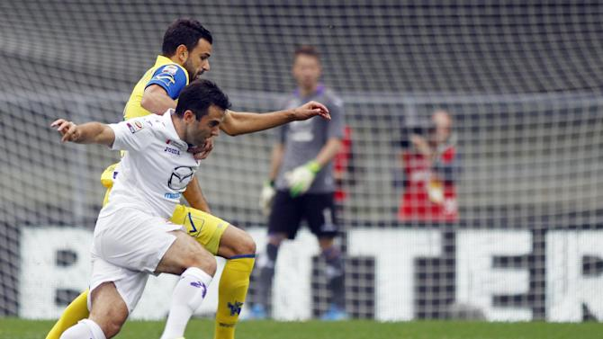 Fiorentina's Giuseppe Rossi, foreground, and Chievo's Ivan Radovanovic, of Serbia, vie for the ball during a Serie A soccer match at Bentegodi stadium in Verona, Italy, Sunday, Oct. 27, 2013