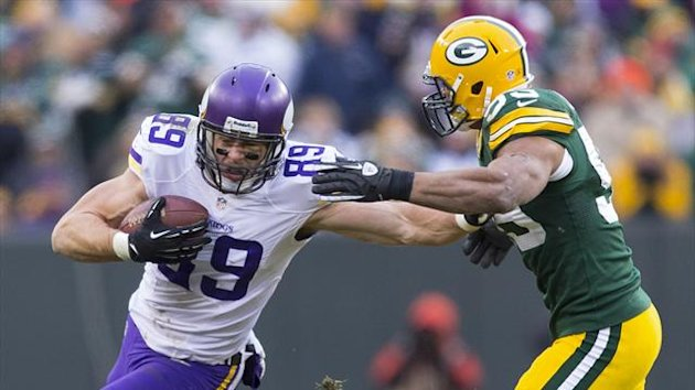 Minnesota Vikings tight end John Carlson (89) rushes with the football as Green Bay Packers linebacker Brad Jones (59) defends during overtime at Lambeau Field (Reuters)