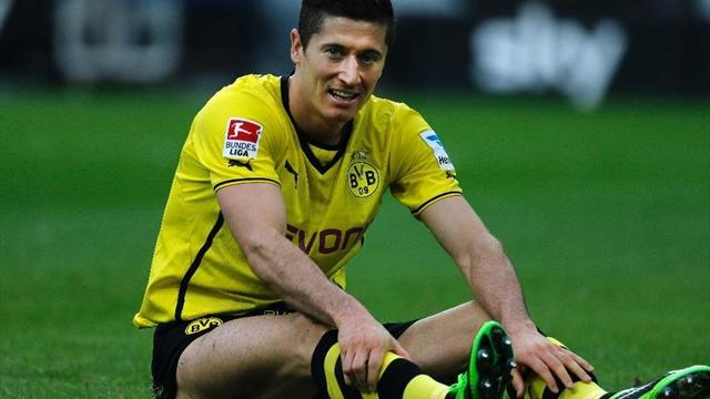 Bundesliga - Lewandowski sent back to Dortmund with knee injury