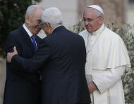 Pope Francis looks at Israel's President Shimon Peres, left, and Palestinian President Mahmoud Abbas greet each other during an evening of peace prayers in the Vatican gardens, Sunday, June 8, 2014. Pope Francis waded head-first into Mideast peace-making Sunday, welcoming the Israeli and Palestinian presidents to the Vatican for an evening of peace prayers just weeks after the last round of U.S.-sponsored negotiations collapsed. (AP Photo/Gregorio Borgia)
