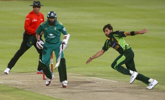 Pakistan's Shahid Afridi chases the ball as South Africa's Hashim Amla looks on during their second Twenty20 cricket match in Cape Town