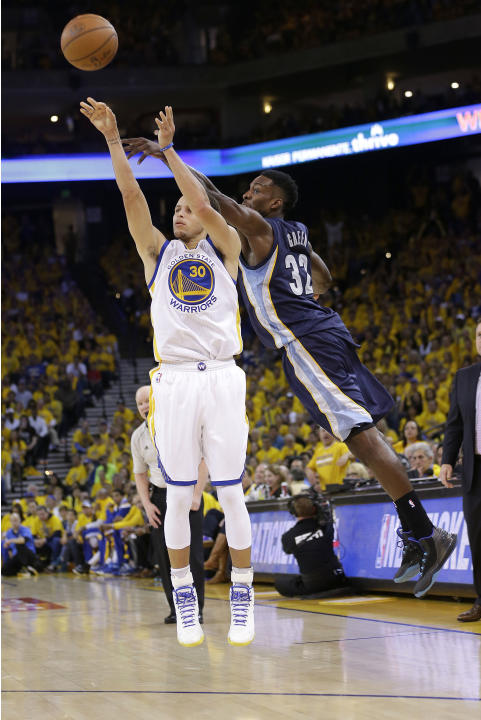 Golden State Warriors guard Stephen Curry (30) shoots a three point basket, which he made, in front of Memphis Grizzlies forward Jeff Green (32) during the second half of Game 1 in a second-round NBA