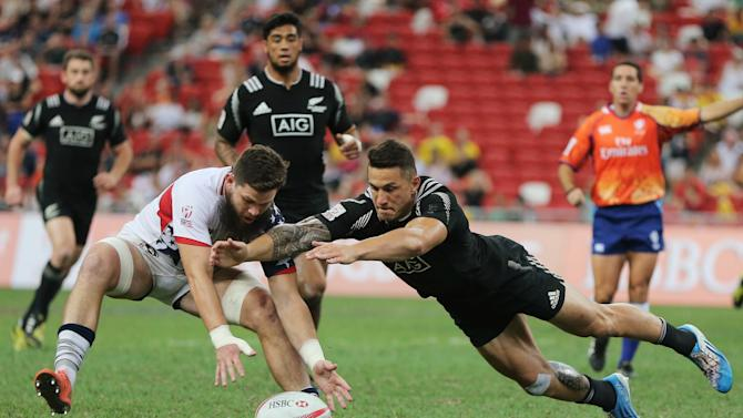 New Zealand's Sonny Bill Williams (R) in action with USA's Danny Barrett during the pool stage