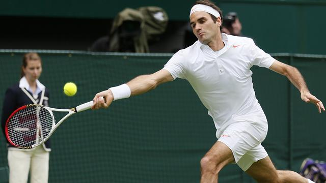 Wimbledon - Federer eases past Hanescu into second round