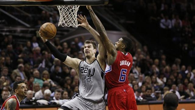 Basketball - Splitter leads Spurs to win over Clippers