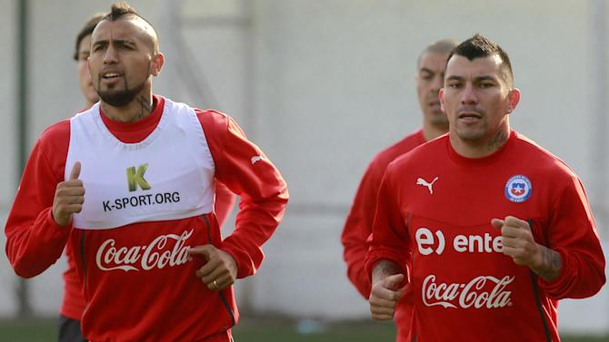 Vidal puts his career at risk for Chile, says Medel
