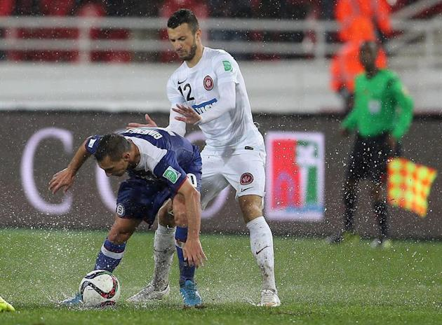 MOH01. Rebat (Morocco), 13/12/2014.- Christian Gimenez (L) of Cruz Azul vies for the ball with Nikita Rukavytsya (R) of WS Wanderers FC during the FIFA Club World Cup 2014 quarter final soccer match,