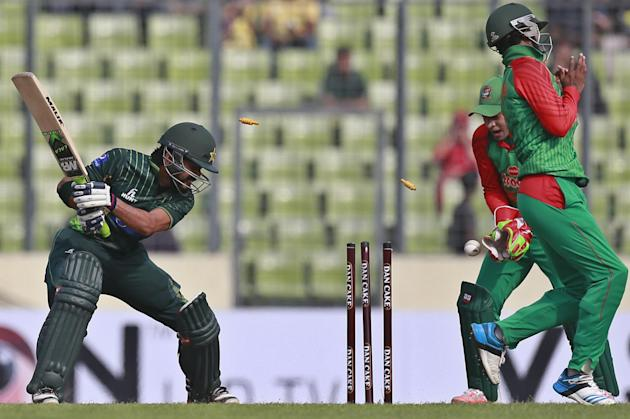 Pakistan's Fawad Alam, left, is bowled out by Bangladesh's Nasir Hossain during the second one-day international cricket match in Dhaka, Bangladesh, Sunday, April 19, 2015. (AP Photo/ A.M. Ahad)
