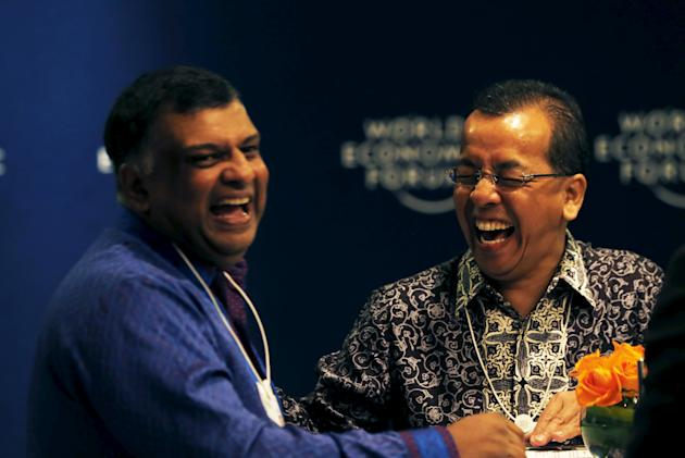 AirAsia CEO Tony Fernandes jokes with Board Director of Lippo Group Emirsyah Satar during registration for the World Economic Forum on East Asia in Jakarta